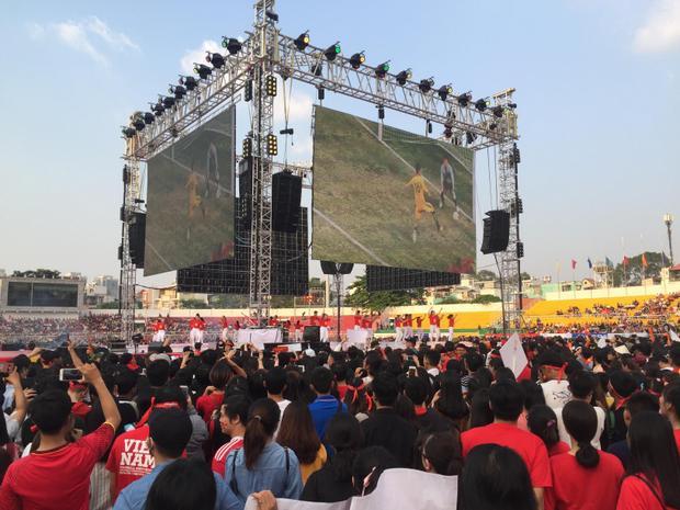 Mọi người cùng xem lại những khoảnh khắc đẹp của U23 Việt Nam qua màn hình lớn.
