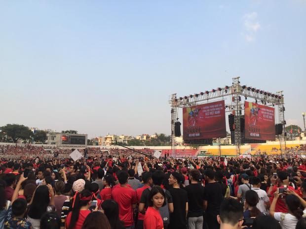 Hàng ngàn người hâm mộ tại TP.HCM có mặt từ rất sớm tại SVĐ Thống Nhất.