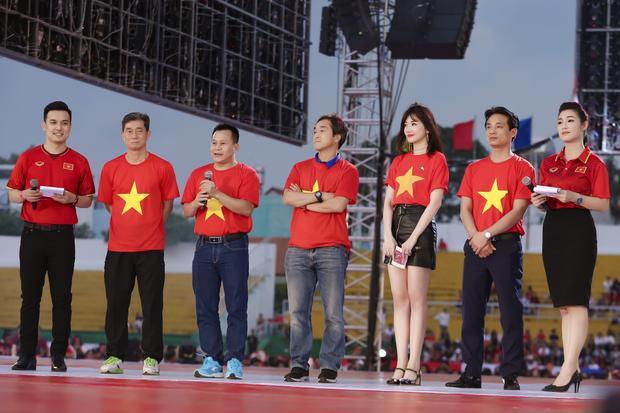 Hari Won tự hào diện áo thun in cờ đỏ sao vàng, làm phiên dịch cho HLV Park Hang Seo