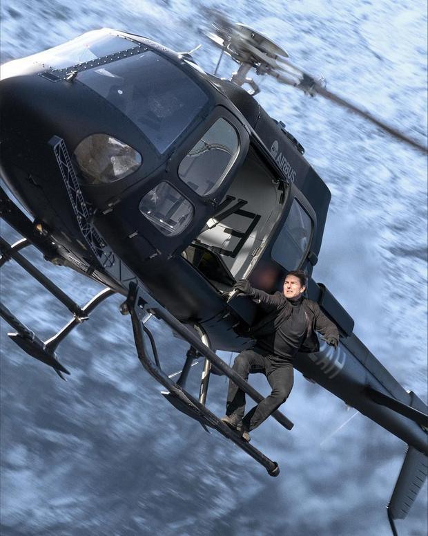 Hình ảnh Tom Cruise treo lơ lửng trên trực thăng gây thót tim cho người xem.
