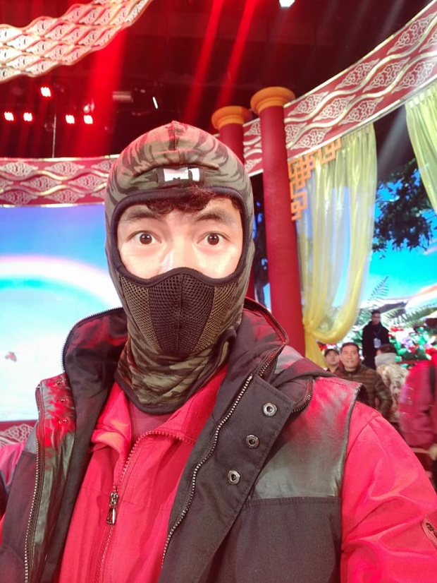 Nam nghệ sĩ sắm hẳn cho mình một chiếc mũ ninja để giữ ấm cơ thể.