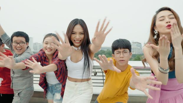 """Vũ Thảo My và Thiều Bảo Trang """"quậy tưng"""" trong MV đầu năm."""