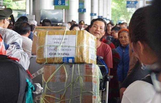 """Lối đi bị dòng người đến đưa, tiễn """"lấn chiếm"""". Ảnh: Vietnamnet"""