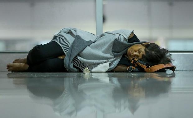 Nhiều người ngủ thiếp đi ở hành lang. Ảnh: VnExpress