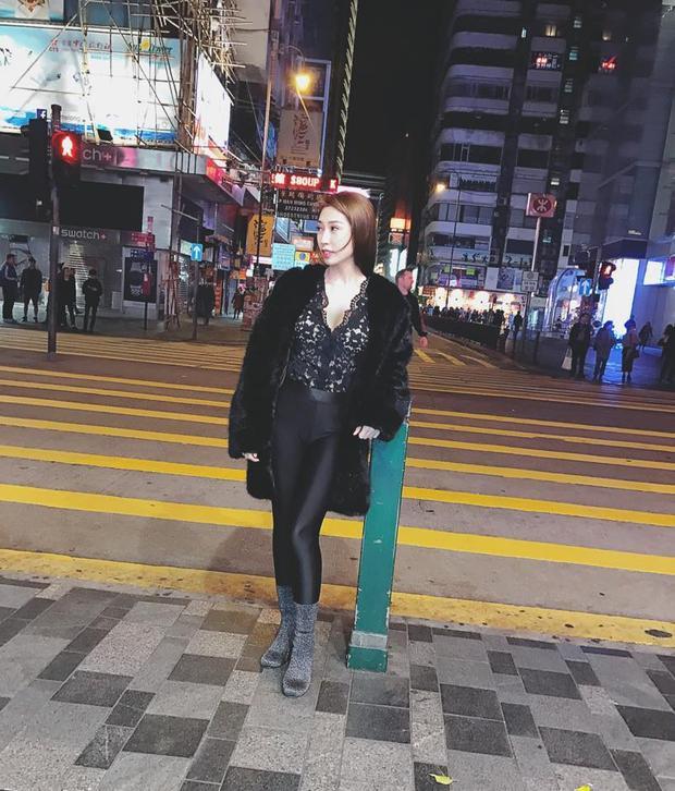 Khổng Tú Quỳnh cũng lựa chọn 1 bộ cánh tông đen khi xuống phố gồm áo lông đen dáng dài, đi cùng áo ren trễ nải.