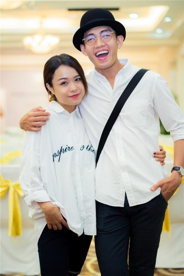 Sơ-mi trắng là loại trang phục không thể thiếu trong tủ quần áo của các cặp đôi, một chút nhấn nhá khác biệt về phom dáng, hình in sẽ nêu bật được cá tính riêng của mỗi người.