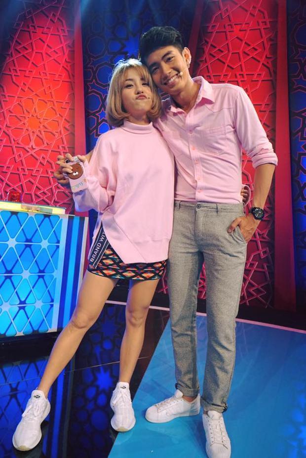 Nếu muốn diện tông màu hồng, các cặp đôi hoàn toàn có thể học hỏi từ Quang Đăng, Thái Trinh. Nếu Thái Trinh vô cùng xinh xắn trong chiếc áo cổ lọ phom rộng thì với áo sơ-mi gam hồng nhạt, Quang Đăng lại thể hiện nét trẻ trung, nam tính.