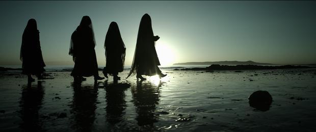 Sumuel thường xuyên mơ thấy một nhóm người bí ẩn hành hình theo một nghi lễ chết chóc.