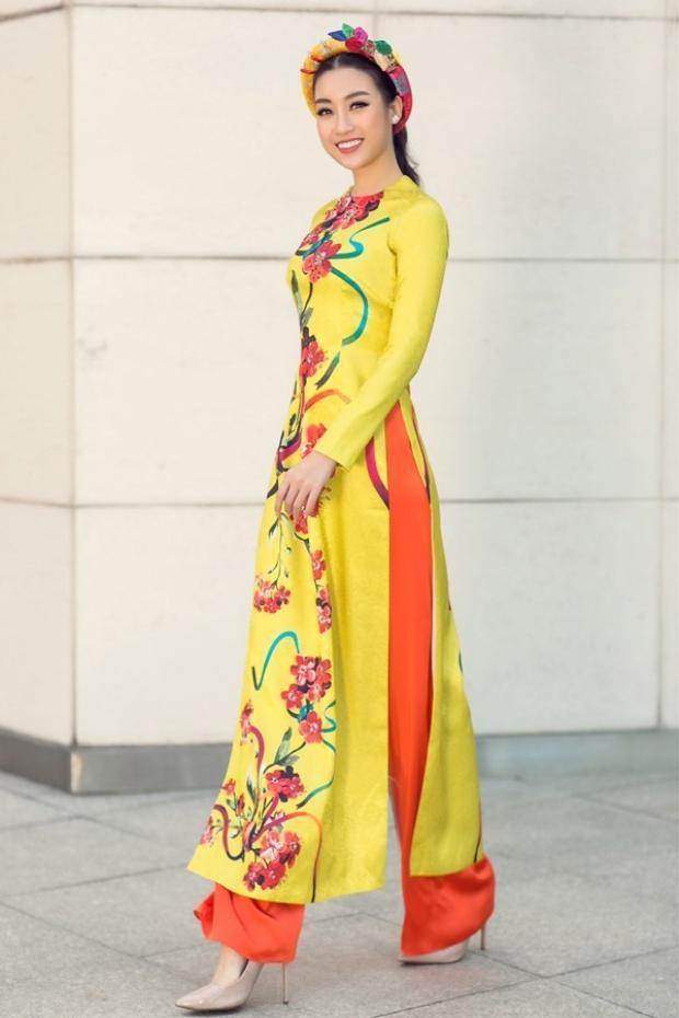 Hoa hậu Việt Nam 2016 Đỗ Mỹ Linh liên tục chọn cho mình những chiếc áo dài họa tiết hoa lá rực rỡ trong những lần xuống phố ngày cận Tết.