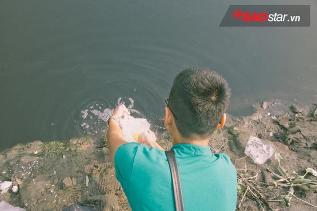 Mỗi năm, ngày 23 tháng Chạp, người dân Sài Gòn lại đổ về các sông để phóng sinh cá chép theo tục đưa ông Táo về trời.