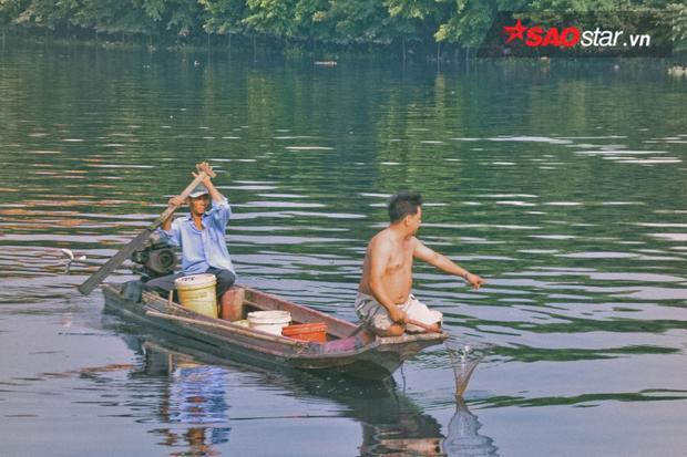 Người bắt cá hô hào nhau phải nhanh tay để kịp thu gom hết cá vừa được phóng sinh