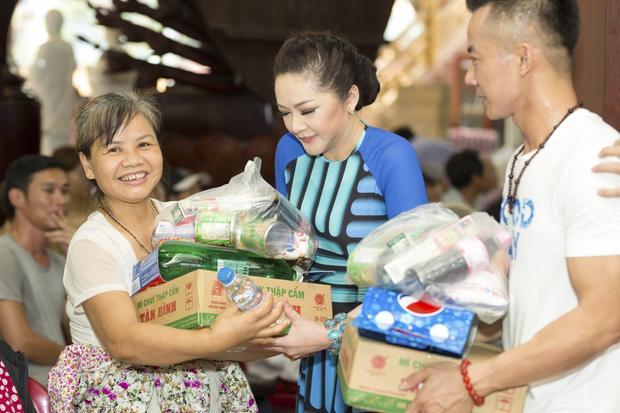 Nụ cười hạnh phúc của người dân khi nhận được phần quà ý nghĩa.