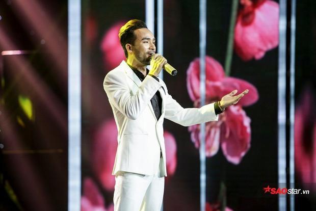 """Phong cách quý ông và giọng hát nồng nàn của """"hoàng tử lai"""" khiến khán giả tại trường quay vô cùng phấn khích."""
