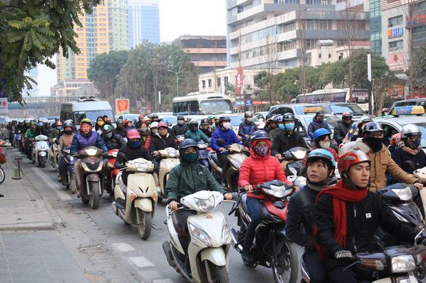 Chiều 8/2 (tức 23 tháng Chạp) nhiều người mệt mỏi khi đi trên một số tuyến đường ở Thủ đô Hà Nội.