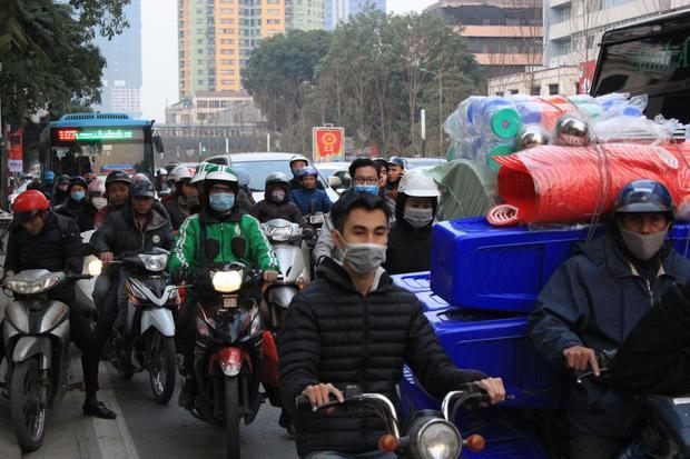 Nghi nhận tại tuyến đường Trần Duy Hưng, hàng nghìn phương tiện giao thông cùng đổ dồn khiến khu vực này rơi vào tình trạng tắc nghẽn.