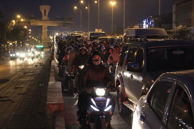 Tại khu vực đường Láng - Bưởi nhiều người mất hàng tiếng đồng hồ để di chuyển.