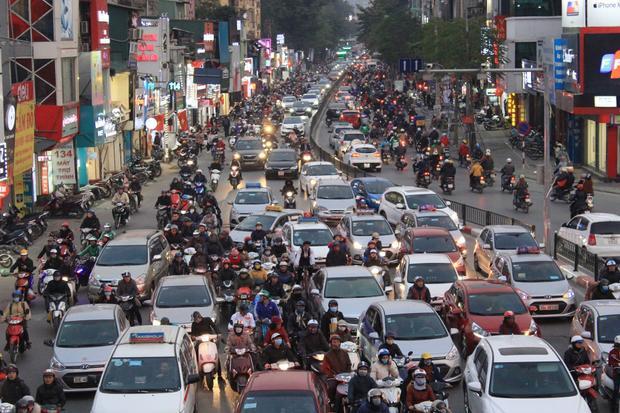 Dòng xe ô tô nối dài dọc phố chùa Bộc.
