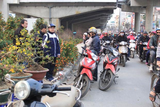 Đường phố Hà Nội 'nghẹt thở' ngày tiễn ông Công ông Táo về trời