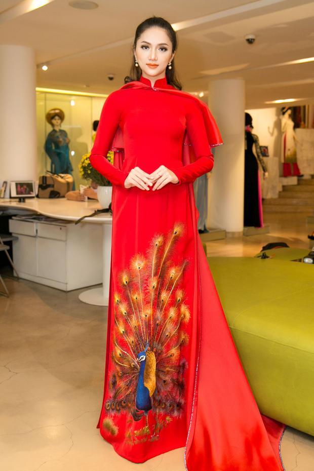 Nữ ca sĩ đang nhận được sự hỗ trợ của nhiều thiết kế nổi tiếng trong nước như: Lê Thanh Hoà, Đỗ Long…
