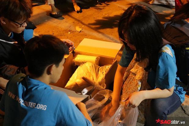 Các bạn tình nguyện viên luôn túc trực để chăm lo cho các hành khách đặc biệt