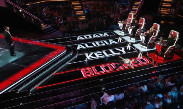 """Huấn luyện viên Adam """"cười trên nỗi đau"""" bị chặn của giám khảo Blake"""
