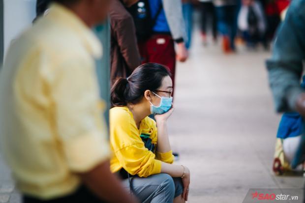 Vật bất ly thân đối với nhiều hành khách chính là khẩu trang để chống lại bầu không khí khá ngột ngạt vì khói bụi và tiếng ồn động cơ.
