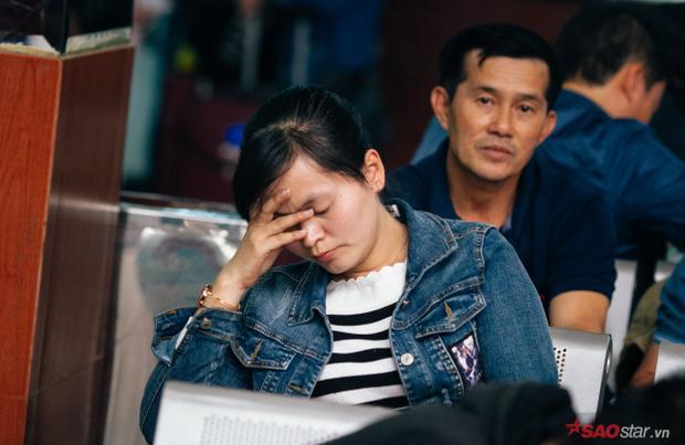 Nhiều người ngủ luôn tại chỗ do quá mệt.