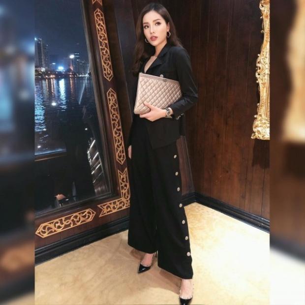Chỉ toàn diện đồ đen nhưng phụ kiện của Kỳ Duyên biến hóa liên tục. Cô nàng sử dụng một chiếc pouch size to của Chanel có giá xấp xỉ 25 triệu và đôi giầy Valentino sành điệu.