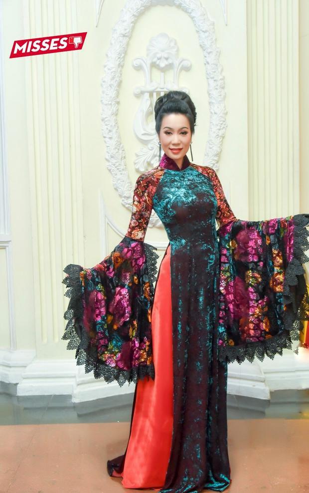 Với tà áo dài diêm dúa, rườm rà, á hậu Trịnh Kim Chi đã phải lọt vào danh sách sao xấu tuần. Cách phối màu kém tinh tế cùng những chi tiết tay áo xòe, ren, hoa được phối tham lam không giúp tôn lên vẻ đẹp sang trọng của Á hậu Việt Nam năm 1994.