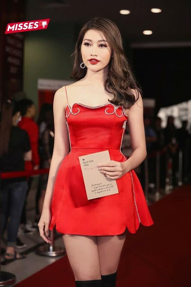 Chế Nguyễn Quỳnh Châu lại tự dìm mình khi chưng diện thiết kế váy cúp ngực được đính hạt đá cách quê mùa. Ngoài ra, thiết kế quá ngắn, phô phang cũng khiến người hâm mộ nơm nớp lo sợ theo mỗi bước đi của người đẹp.