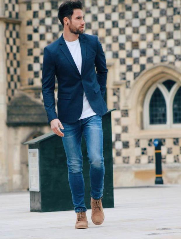 Bạn muốn xuất hiện với hình tượng lịch sự nhưng không kém phần thoải mái? Đơn giản lắm, thay vì những bộ suits, hãy khoác lên mình những chiếc áo Blazer. Đừng nhầm lẫn giữa hai loại trang phục này bởi sự thật là Suit có tính chất formal hơn Blazer khá nhiều. Những bộ suits thường có cả áo sơ mi, áo vest (một số người quen gọi là ghile) bên trong và áo khoác bên ngoài, việc phối đồ mang tính cố định. Ngược lại, blazer có phom dáng thoải mái hơn, dễ dàng mix cùng quần jeans, kaki, áo thun đem lại sự trẻ trung thoải mái cho người mặc.