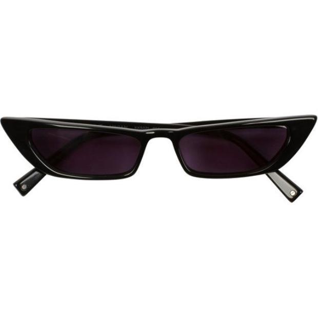 Còn nếu không thích kính mát bản to, các tín đồ thời trang nên lựa chọn cho mình những chiếc kính tí hon với phần tròng kính lạ mắt, vừa hiện đại, vừa đảm bảo phần nhìn nổi bật cho cặp đôi khi xuống phố.
