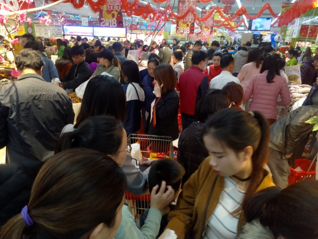 Các gian hàng bày bán mặt hàng thiết yếu phục vụ ngày Tết đông nghịt người.