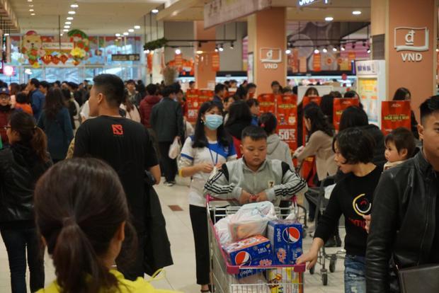 Đối với công chức nhà nước, hôm nay ai nấy cũng đều tranh thủ đi mua sắm bởi phải đến hết ngày 28 Tết họ mới chính thức được nghỉ.