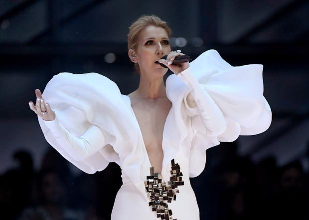 Nếu như Celine Dion đã có một sân khấu cực kì đáng nhớ, gây ấn tượng mãnh liệt tại Billboard Music Awards 2017 nơi cô trình diễn lại bản tình ca kinh điểnMy Heart Will Go On….