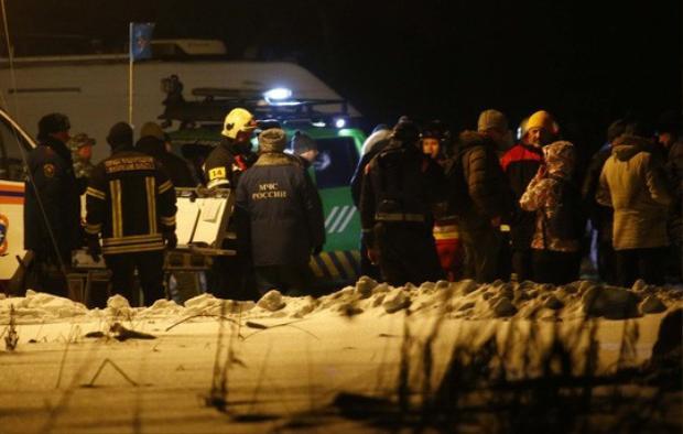 Các nhân viên điều tra tại hiện trường. Ảnh: Reuters