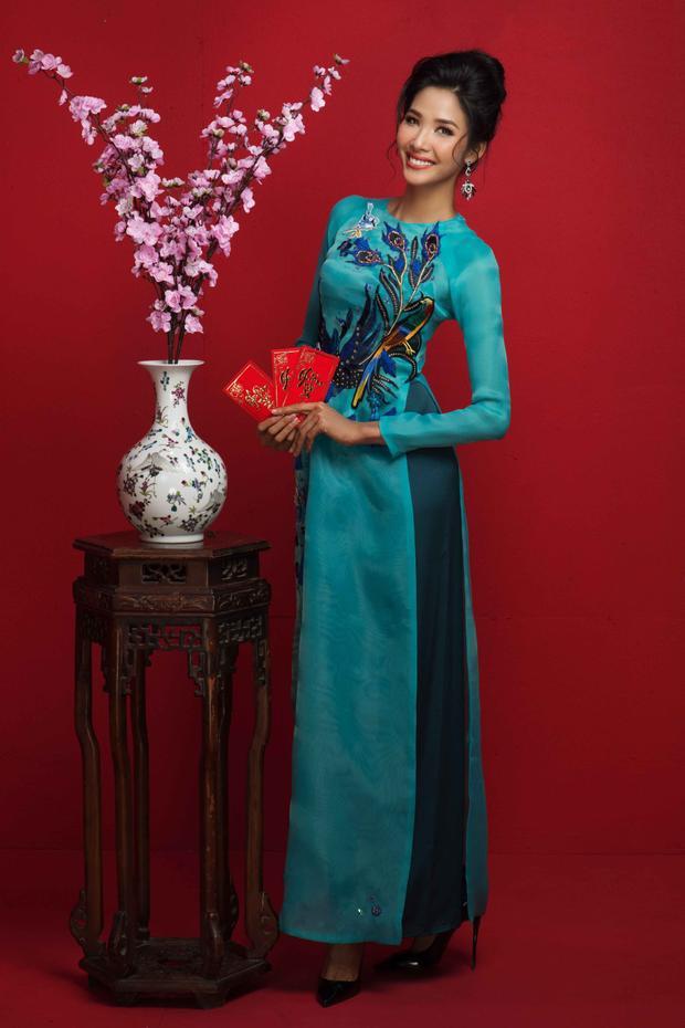 Nếu như Hoa hậu H'hen Niê chọn chiếc áo màu trắng thêu họa tiết hoa vàng, đính lông đặc biệt thì Á hậu Hoàng Thùy và lại chọn áo xanh đơn giản nhưng không kém phần xinh đẹp bởi những đường cắt may tinh tế.