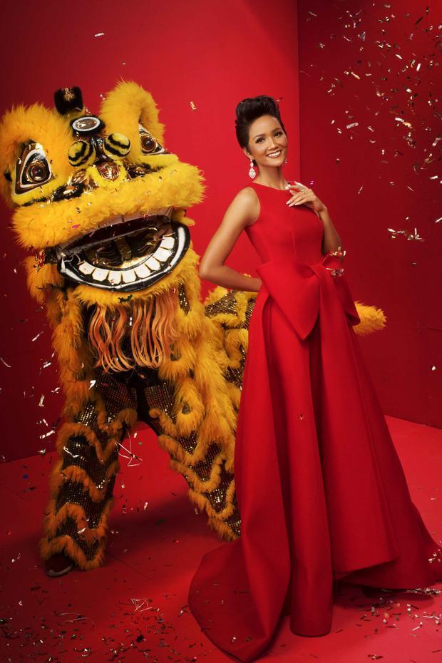Thiết kế có tông đỏ rực càng làm cho làn da nâu bóng của Hoa hậu H'Hen Niê trở nên nổi bật thu hút mọi ánh nhìn.