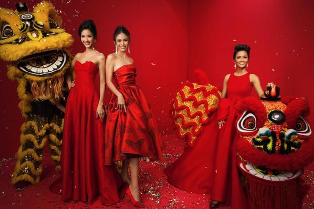 Top 3 Hoa hậu Hoàn vũ VN ngoài lời chúc mừng năm mới, còn muốn gửi gắm lời tri ân đến khán giả đã luôn ủng hộ, dõi theo hành trình trong năm qua và hy vọng vào những dự án, hoạt động trong năm 2018 sẽ tiếp tục nhận được sựquan tâm từ khán giả.
