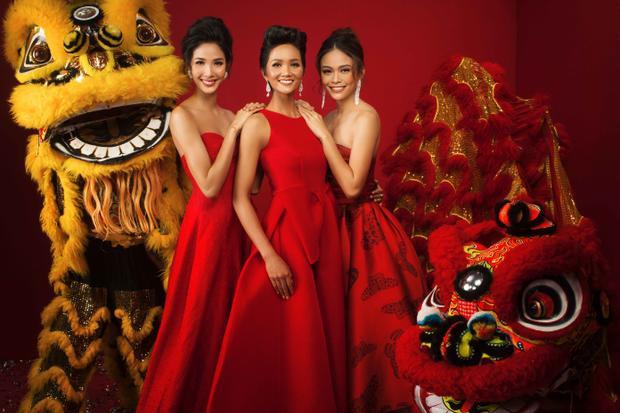 Trong sắc đỏ rực rỡ đậm chất mùa xuân,Hoa hậu H'hen Niê, Á hậu Hoàng Thùy và Á hậu Mâu Thủy nổi bật khoe dáng bên cạnh những chú lân - biểu tượng may mắn của ngày Tết.