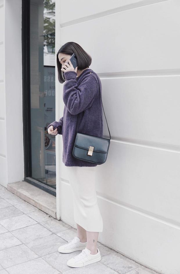 """Ngay cả với một set đồ vô cùng """"an toàn"""" áo len over size kết hợp cùng chân váy bút chì và sneaker trắng, chính sắc tím là nhân tố giúp cô nàng fashionista nổi bật khi xuống phố."""