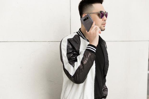 Là một BTV thời trang và cũng là một fashionista đình đám trong làng thời trang Việt, Long Ichi chắc chắn không thể bỏ lỡ xu hướng đình đám bằng cách bổ sung cho mình món phụ kiện Galaxy Note8 phiên bản Tím Khói cho từng set trang phục. Không cần quá cầu kỳ, phong cách street style đơn giản với sắc màu chủ đạo trắng - đen (black - white) cũng đủ thu hút mọi ánh nhìn nhờ điểm nhấn là chiếc kính mát ánh tím cực độc và phụ kiện công nghệ Galaxy Note8 màu tím khói thời thượng.
