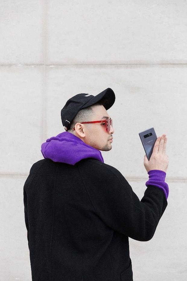 """Set đồ """"cơ bản"""" kết hợp áo hoodie nỉ cùng áo dạ dáng dài. Galaxy Note8 Tím Khói khiến phong cách của Long Ichi trở nên bắt mắt và cực kỳ cá tính. Không chỉ các bạn nữ, nhiều bạn nam cũng có thể chọn sắc Tím Khói là điểm nhấn cực """"chất"""" cho phong cách của mình."""