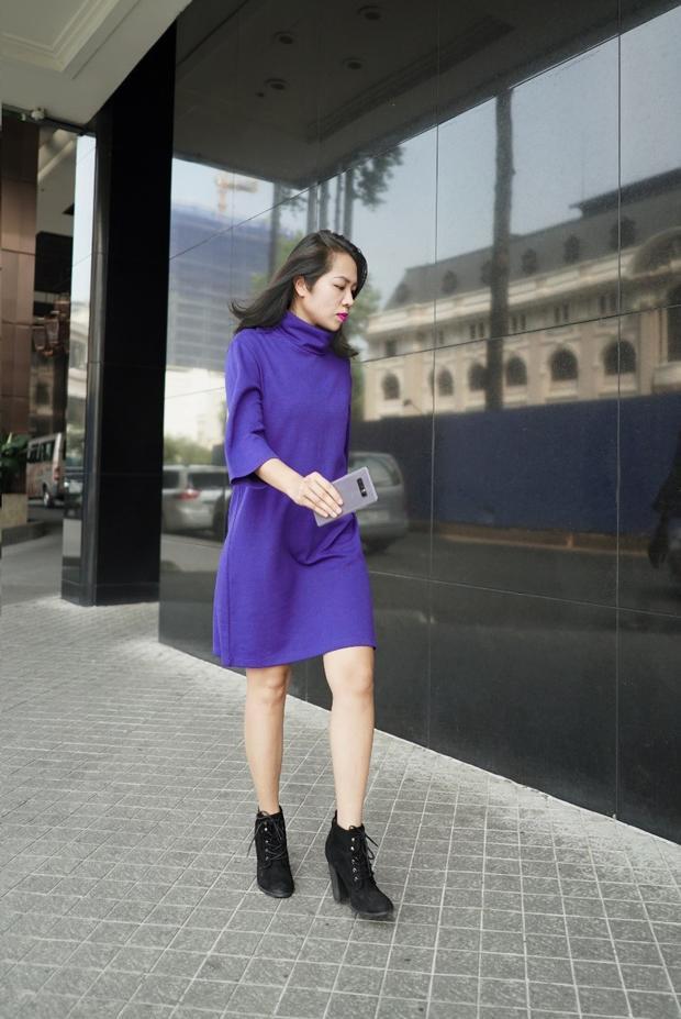 Riêng Giám đốc của tạp chí L'Officiel - Nguyễn Ngọc Phương, cô tối giản hóa set trang phục khi phối chiếc váy suông màu tím và đôi boot đen cá tính. Với sự nổi bật sẵn có, chỉ cần một chi tiết nhỏ hoặc phụ kiện tím khói đi kèm như Galaxy Note8 sẽ tạo nên điểm nhấn giúp tổng thể tỏa sáng. Chỉ bấy nhiêu thôi cũng tạo nên một phong cách vô cùng đẳng cấp và quyền lực.
