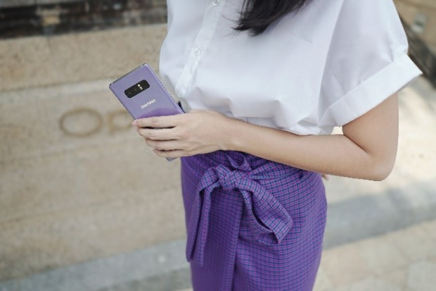 Mặt lưng kính kim loại sang trọng của Galaxy Note8 phiên bản Tím Khói được phủ đều lớp ánh bạc càng tôn vinh phong cách thời thượng và sang trọng trong set đồ tối giản - áo sơ mi trắng và chân váy dành cho những cô nàng công sở.
