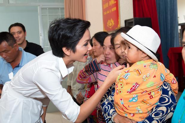 HHen Niê, Hoàng Thuỳ mang xuân yêu thương đến với người dân ngày cận Tết