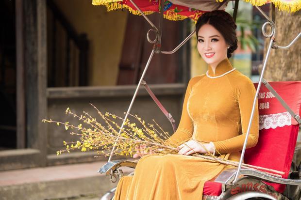 Á hậu ghi dấu ấn trong lòng người hâm mộ bởi hình ảnh thiếu nữ Hà Thành dịu dàng, đằm thắm cùng sắc hoa xuân. Người đẹp cho biết, ngoài công việc tại Đài Truyền hình Việt Nam và thi thoảng chạy show event, cô dành 3 buổi tối trong tuần để đi học khóa MBA, 2 buổi tối tập yoga để rèn luyện sức khỏe.