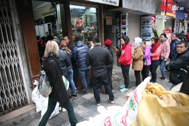 Nhiều khách hàng yêu thích quán bởi ở đây bánh chưng có mùi thơm nếp, nem chua thịt dẻo, ít cay và có hương vị riêng.