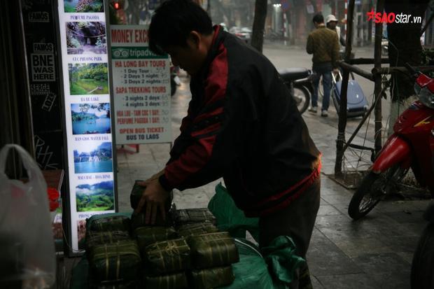Đây được coi là một quán bán bánh chưng, giò chả đặc biệt giữa lòng Hà Nội.