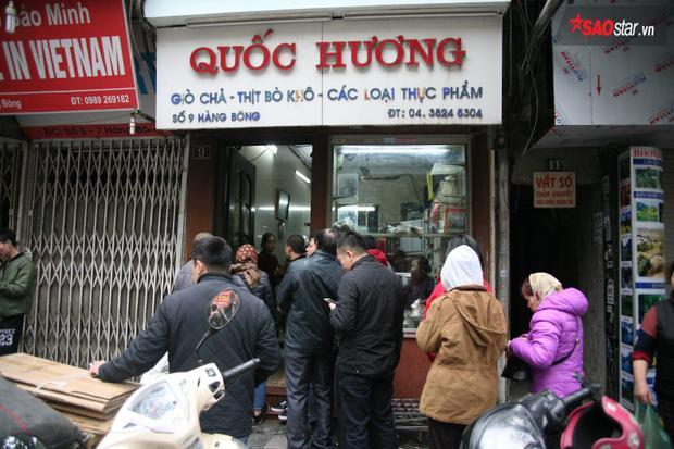 Hàng giò chả, bánh chưng nổi tiếng trên phố Hàng Bông như thường niên lại xuất hiện cảnh khách xếp hàng mua.